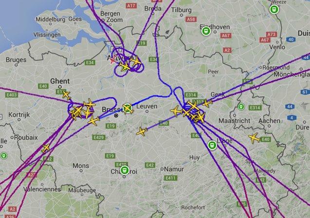 Az érkező légijáratokat nem engedték leszállni a robbanásokat követően. A repülőgépek várakoztak, majd más repülőtereken szálltak le. (Forrás: Planefinder) | © AIRportal.hu