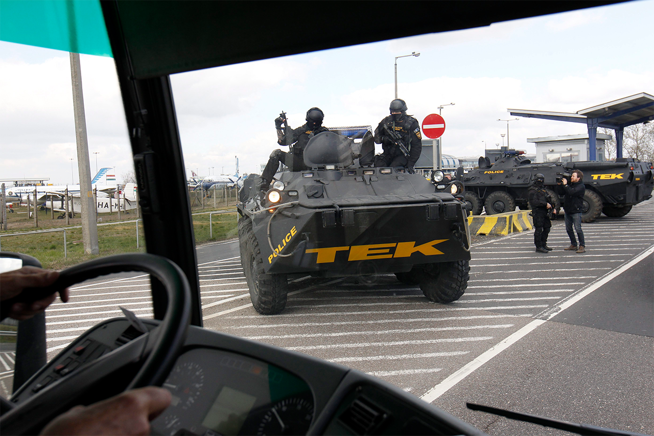 Kivonult a TEK a ferihegyi repülőtérre bevezető úthoz. (Fotó: MTI) | © AIRportal.hu