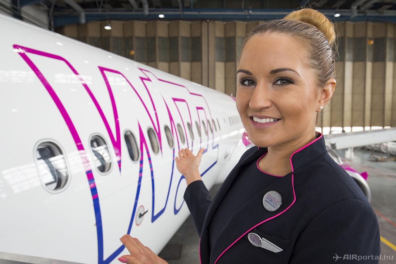 Veréb Éva vezető légiutaskísérő és Wizz-nagykövet mutatta be az A321-es fedélzetét. | © AIRportal.hu
