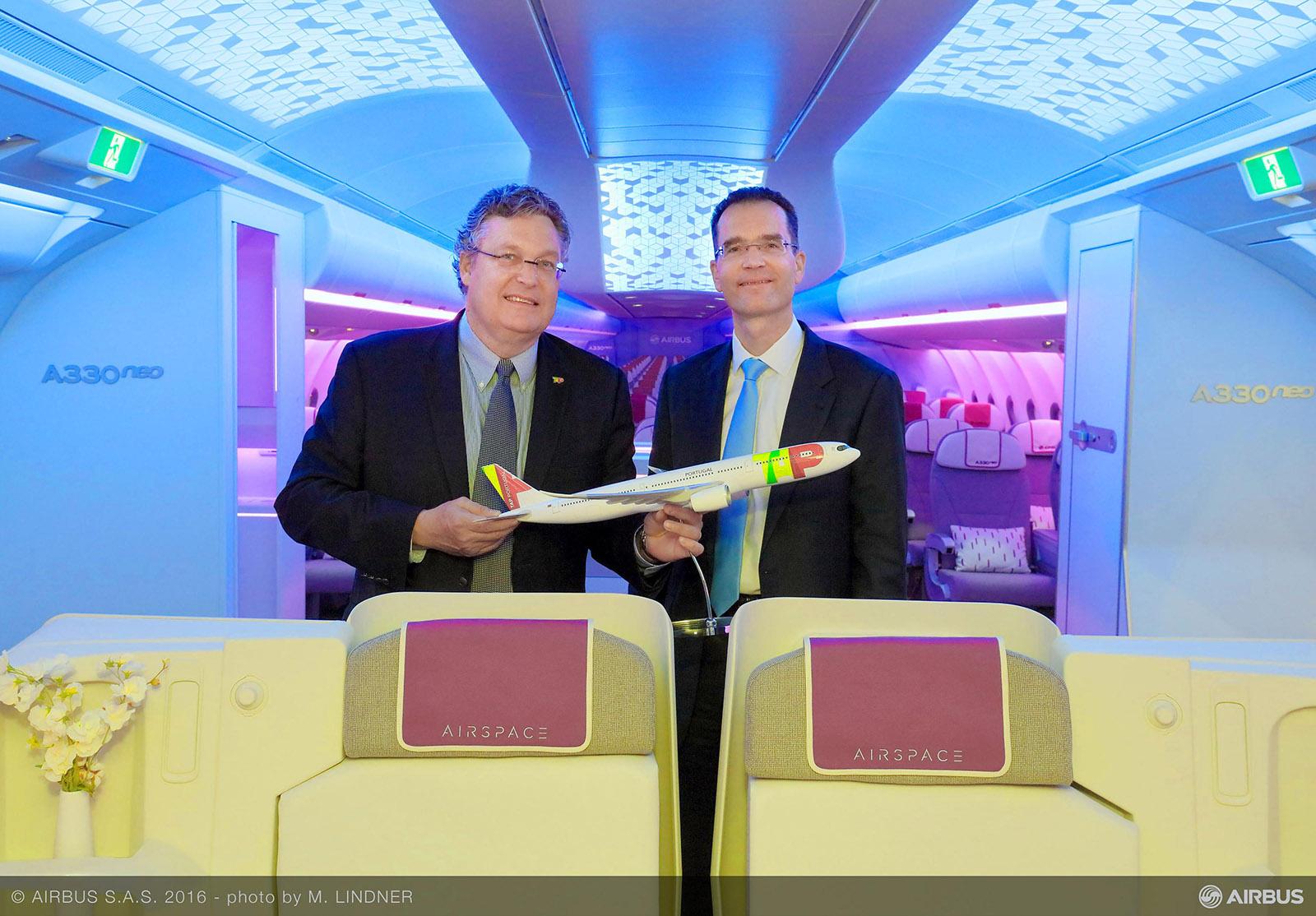 B-J: Trey Urbahn a TAP vezérigazgatója és Francois Caudron az Airbus marketingért felelős alelnöke. (Fotó: Airbus) | © AIRportal.hu