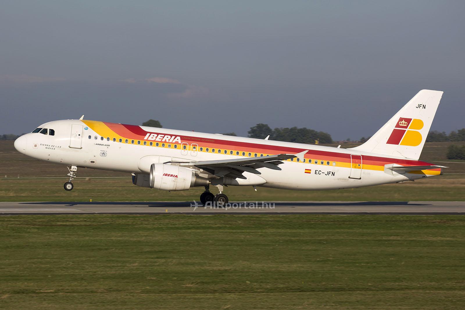 Az Iberia egyik utolsó régi festésű Airbus A320-asa Ferihegyen. (Fotó: AIRportal.hu) | © AIRportal.hu