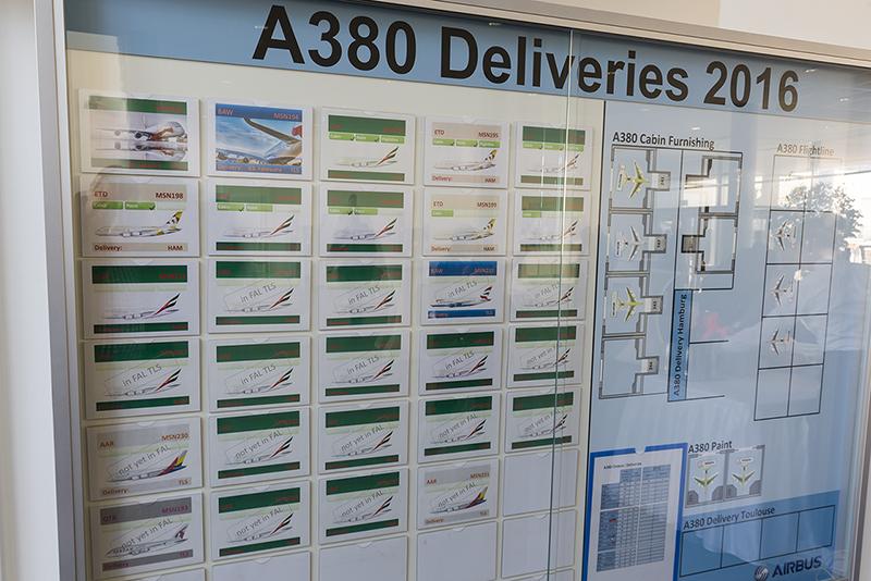 Az Airbus hamburgi üzemében kihelyezett tabló jól szemlélteti, hogy a 2016-ban átadásra kerülő A380-asok jelentős része az Emirates-hez kerül. Ez most újabb két példánnyal bővül. (Fotó: AIRportal.hu) | © AIRportal.hu