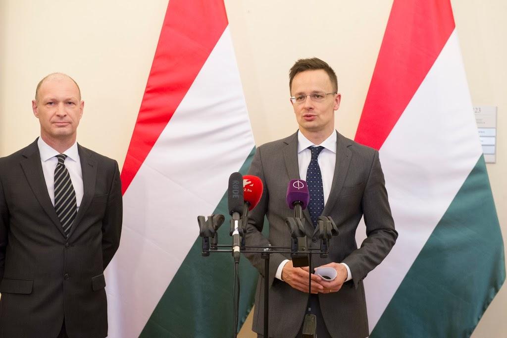A képen balról: Jost Lammers a Budapest Airport vezérigazgatója és Szijjártó Péter külgazdasági és külügyminiszter. (Forrás: Budapest Airport)   © AIRportal.hu