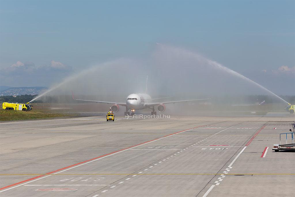Az Air Canada Rouge Boeing 767-300-as repülőgépének vízsugaras köszöntése Budapesten 2016.06.14-én. (Fotó: AIRportal.hu) | © AIRportal.hu
