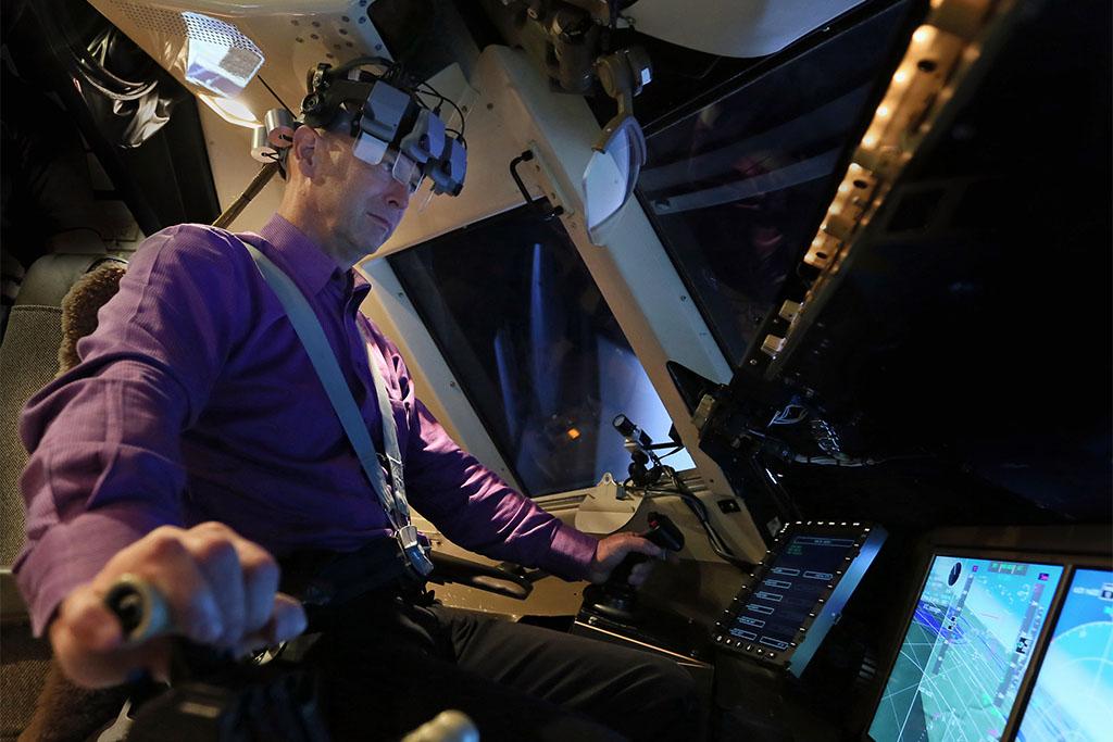 Dan Kiggins a szimulátorban teszteli a fejre helyezhető kijelzőket, Fotó: NASA | © AIRportal.hu