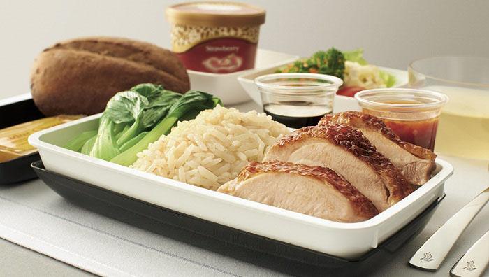 Az étel és ital kiszolgálás is magasabb fokú. (Fotó: Singapore Airlines) | © AIRportal.hu