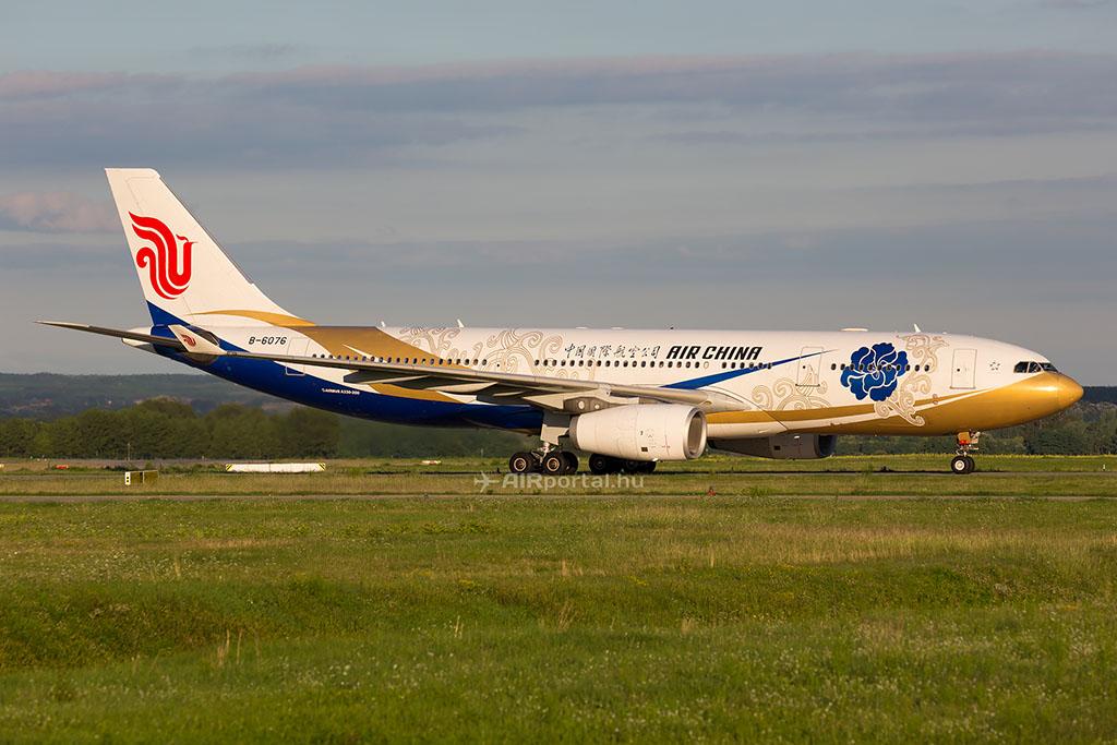 Az Air China Airbus A330-200-as repülőgépe. A légitársaság éppen a napokban jelentette be, hogy hetente négy alkalommal közvetlen járatot indít Peking és Varsó között 2016. szeptemberétől. (Fotó: AIRportal.hu) | © AIRportal.hu