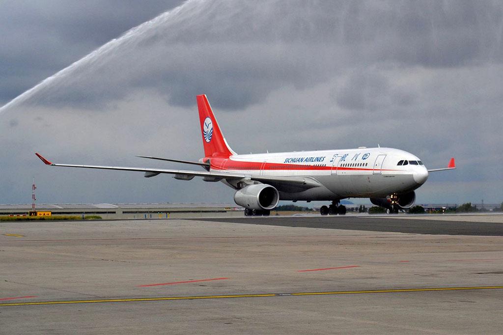 A Sichuan Airlines első menetrend szerinti járatának vízsugaras köszöntése Prágában. (Fotó: PRG: airside - Facebook) | © AIRportal.hu