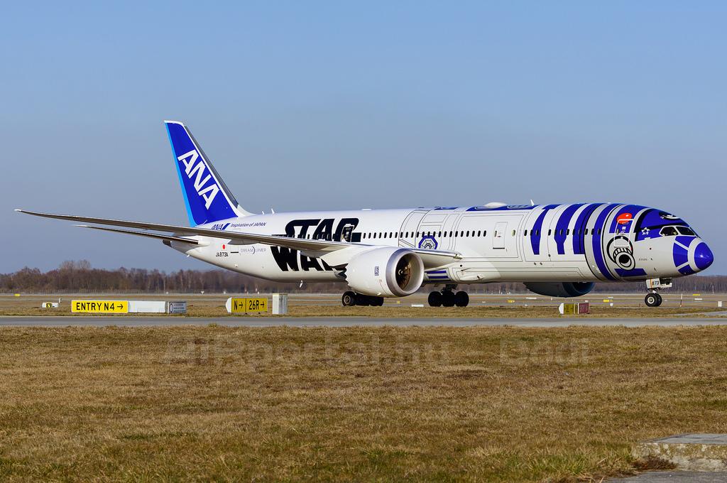 R2D2, BB8 és a legújabban már C3PO is felkerült az ANA Boeingjeire. (Fotó: AIRportal.hu) | © AIRportal.hu