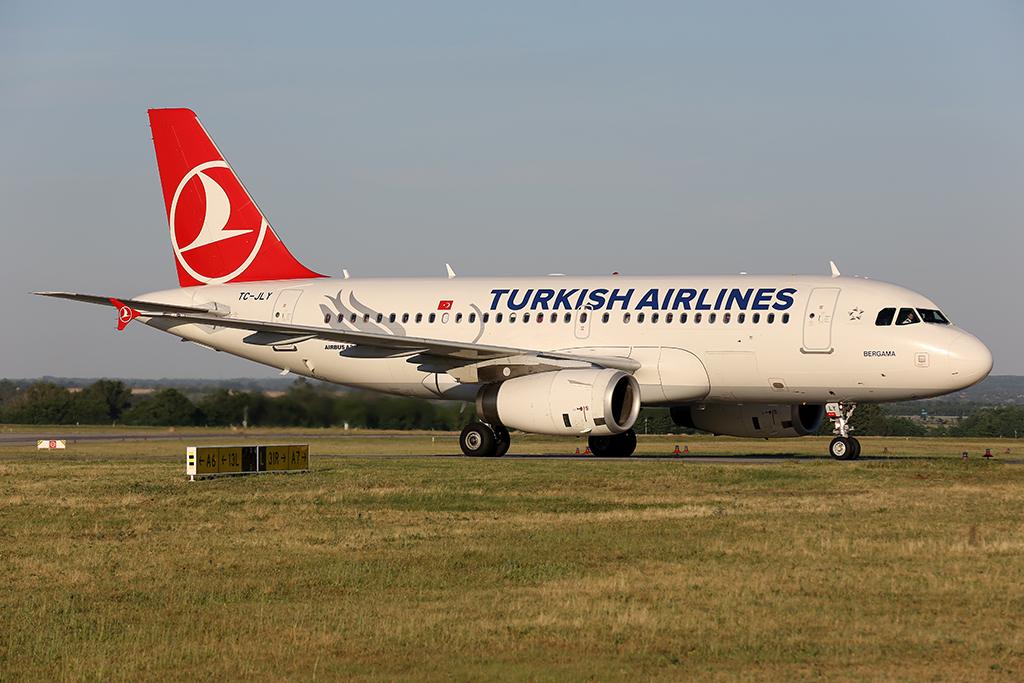 A Turkish Airlines egyik Airbus A319-es repülőgépe Ferihegyen. (Fotó: AIRportal.hu) | © AIRportal.hu