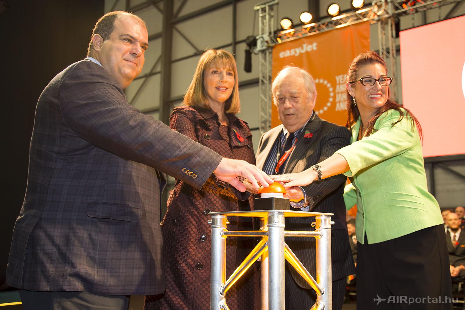 Stelois Haji-Iannou, a légitársaság alapítója és az easyJet márka jogtulajdonosa (balra), mellette Carolyn McCall az easyJet vezérigazgatója a légitársaság alapításának 20. évfordulóján, 2015. novemberében, Lutonban. (Fotó: AIRportal.hu)   © AIRportal.hu