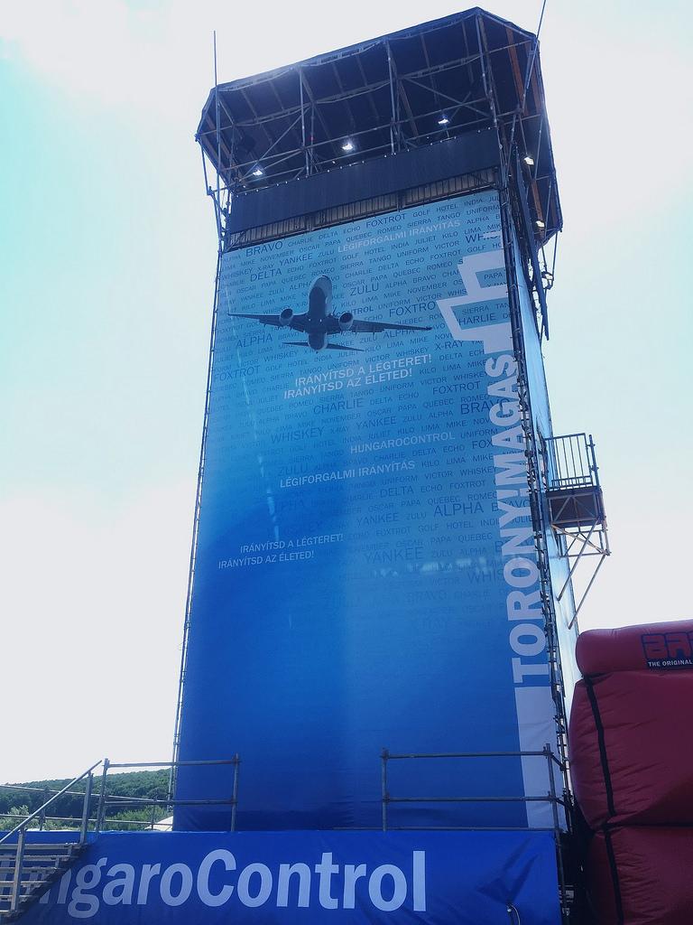 A HungaroControl 18 méter magas installációja a Sziget fesztiválon. (Fotó: HungaroControl) | © AIRportal.hu