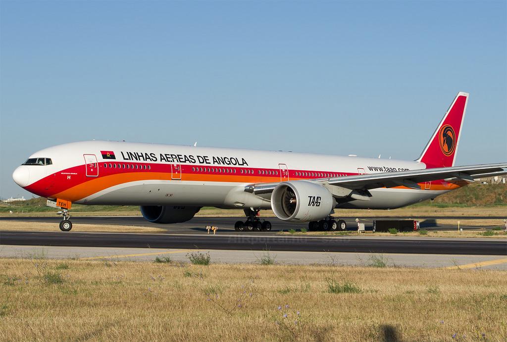 A TAAG Boeing 777-ese a lisszaboni repülőtéren. (Fotó: AIRportal.hu) | © AIRportal.hu