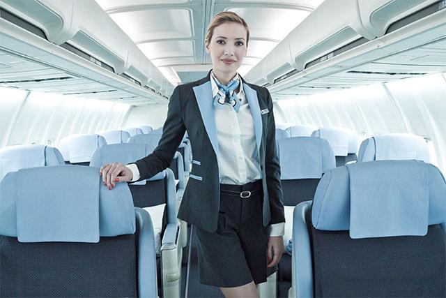 A csak business-kiszolgálással közlekedő francia La Compagnie légitársaság légiutaskísérője. (Fotó: La Compagnie) | © AIRportal.hu
