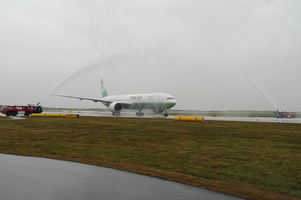 Az első Boeing 777-300ER-rel teljesített EVA Air járat vízsugaras köszöntése Bécsben. (Forrás: EVA Air/Aviareps) | © AIRportal.hu