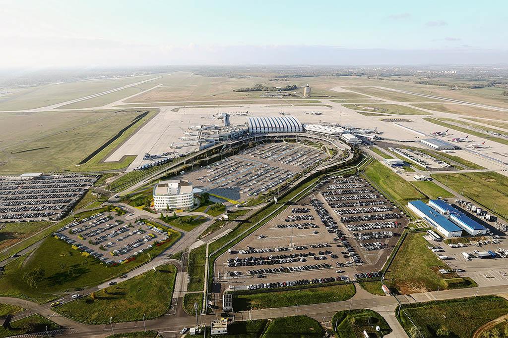 A kettes terminál madártávlatból a most épülő reptéri szálloda látványtervével. (Forrás: Budapest Airport) | © AIRportal.hu
