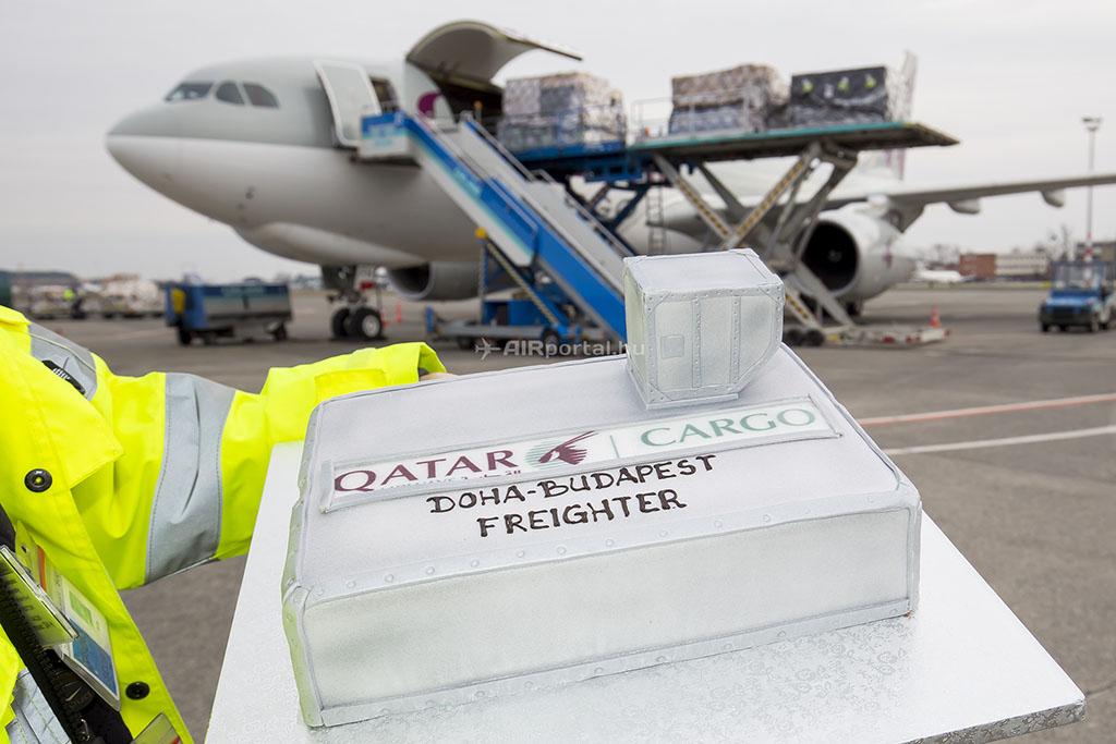 A 2016. márciusában újra járatot nyitó Qatar Cargo járat első járatának köszöntésére készült torta, háttérben a repülőgéppel. (Fotó: AIRportal.hu)   © AIRportal.hu