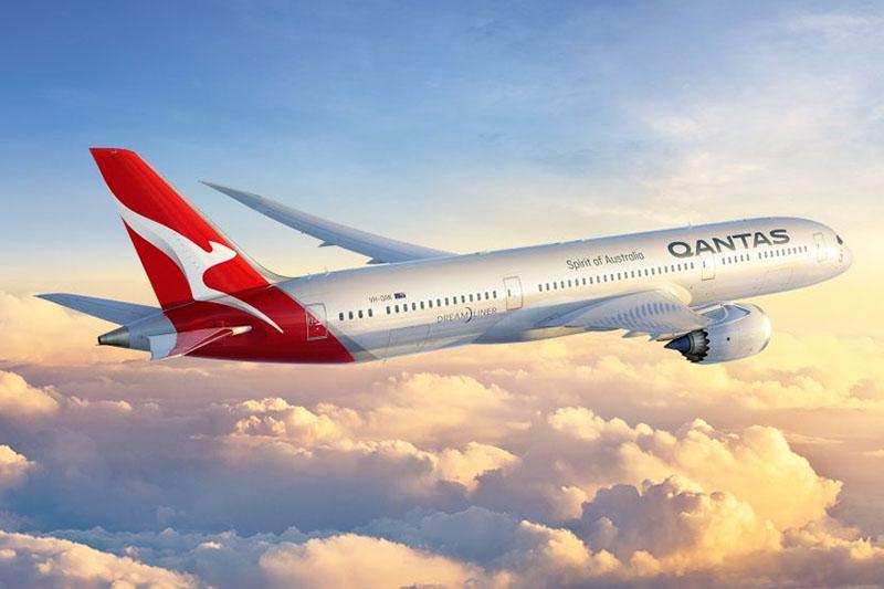 A Qantas új, modernizált arculata, mely ugyanakkor a korábbi festések jellegzetes elemeit ezután is hordozza, egy Boeing 787-9-es repülőgépen. (Grafika: Qantas) | © AIRportal.hu