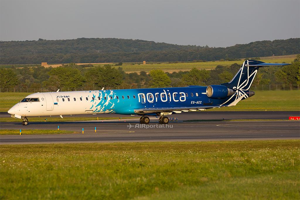 A Nordica egyik Bombardier CRJ repülőgépe még Adria felirattal Bécsben. (Fotó: AIRportal.hu) | © AIRportal.hu