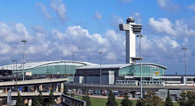 A John F. Kennedy Nemzetközi Repülőtér terminálépülete az irányítótoronnyal. (Fotó: JFK Airport Twitter) | © AIRportal.hu