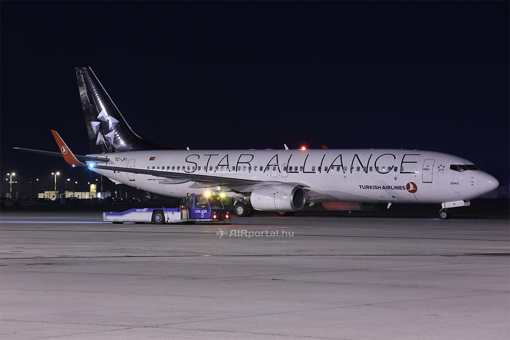 A Turkish Airlines egyik Boeing 737-es repülőgépe a Celebi repülőgépvontatójával. | © AIRportal.hu
