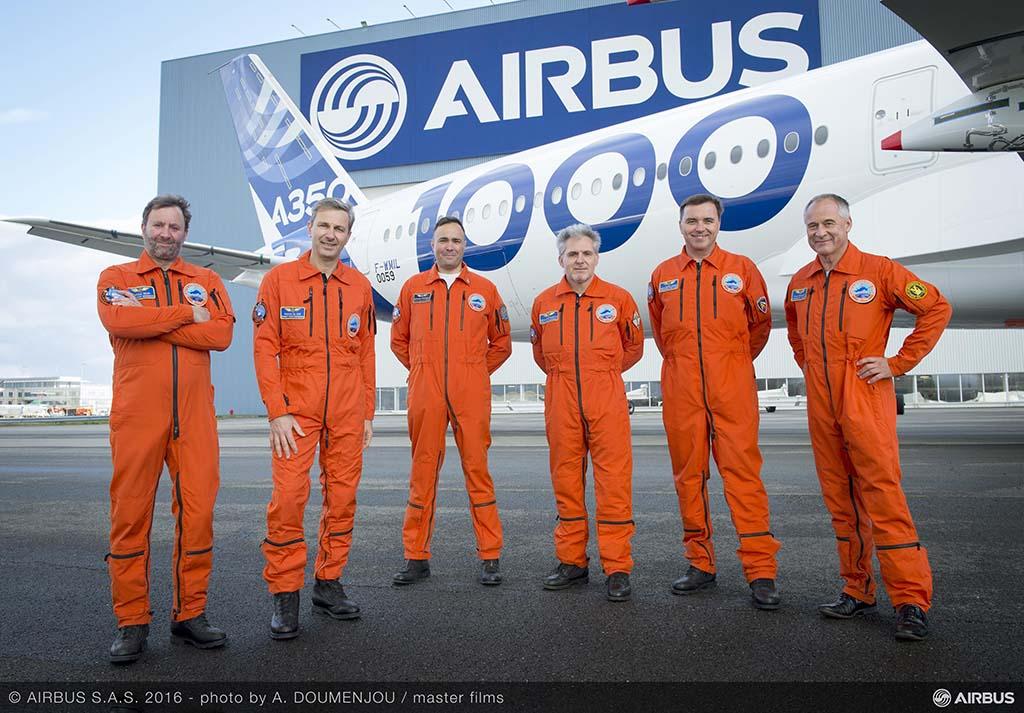 Az Airbus A350-1000 első repülését végrehajtó, pilótákból és mérnökökből álló csapat. (Fotó: Airbus) | © AIRportal.hu