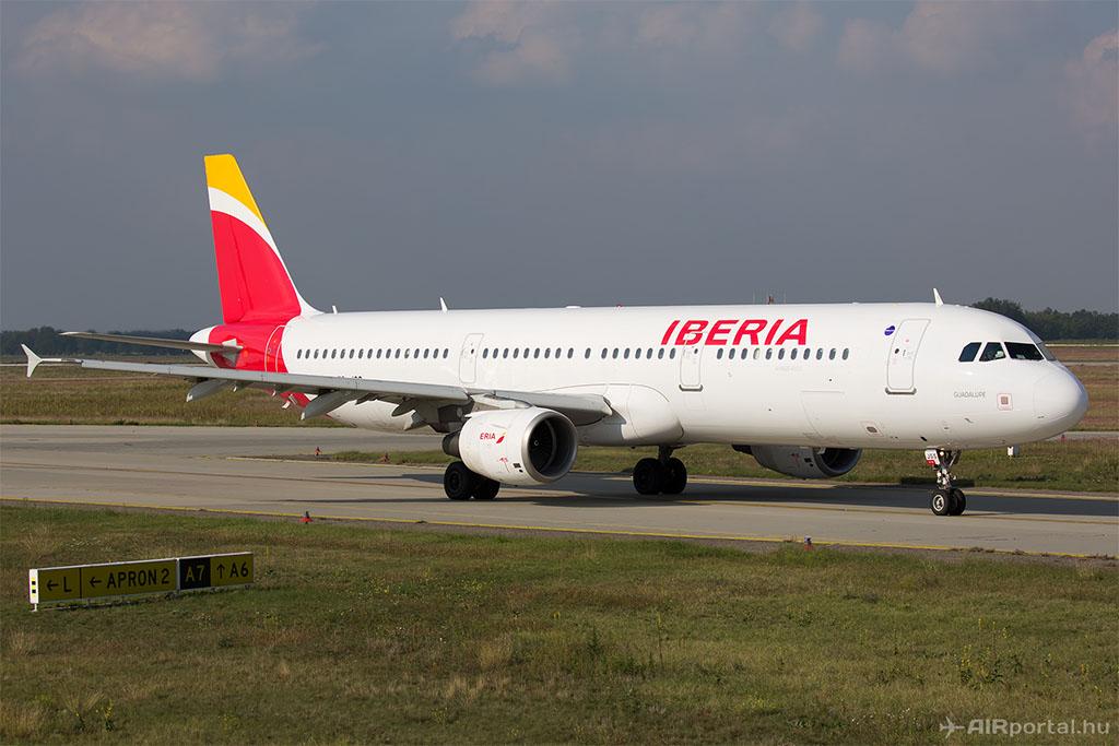 Az Iberia Airbus A321-es repülőgépe a cég új festésében Budapesten. (Fotó: AIRportal.hu) | © AIRportal.hu