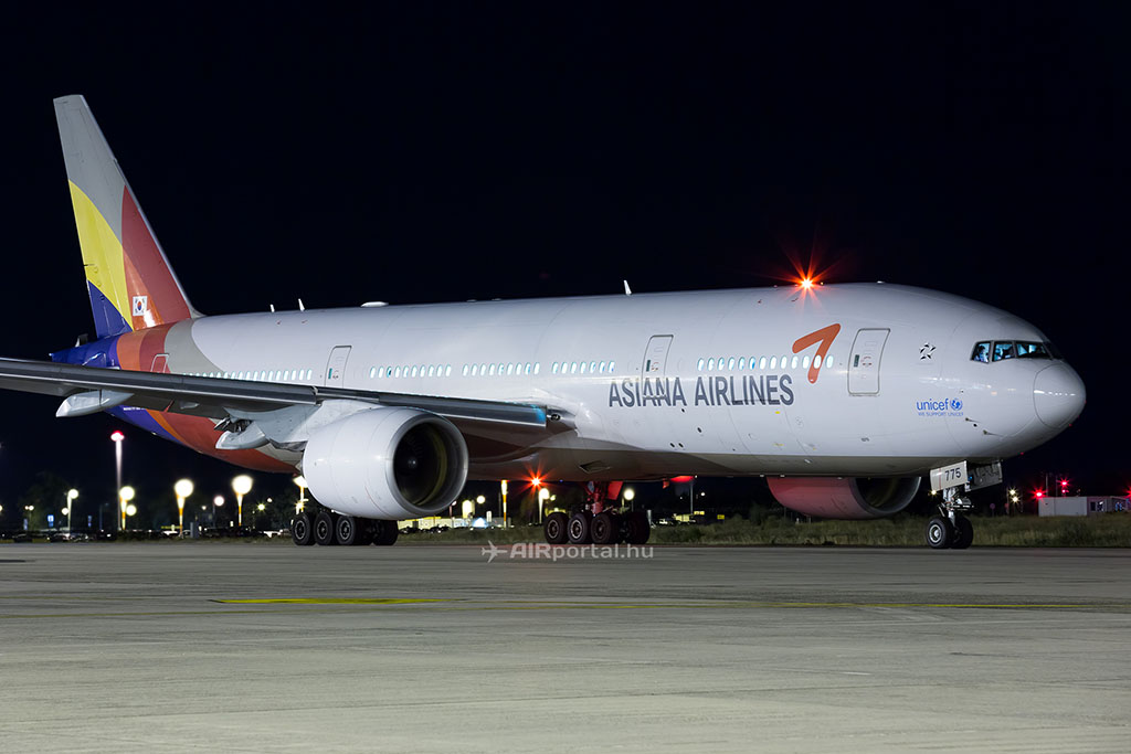 Az Asiana Airlines Boeing 777-es repülőgépe Budapesten. (Fotó: AIRportal.hu)   © AIRportal.hu