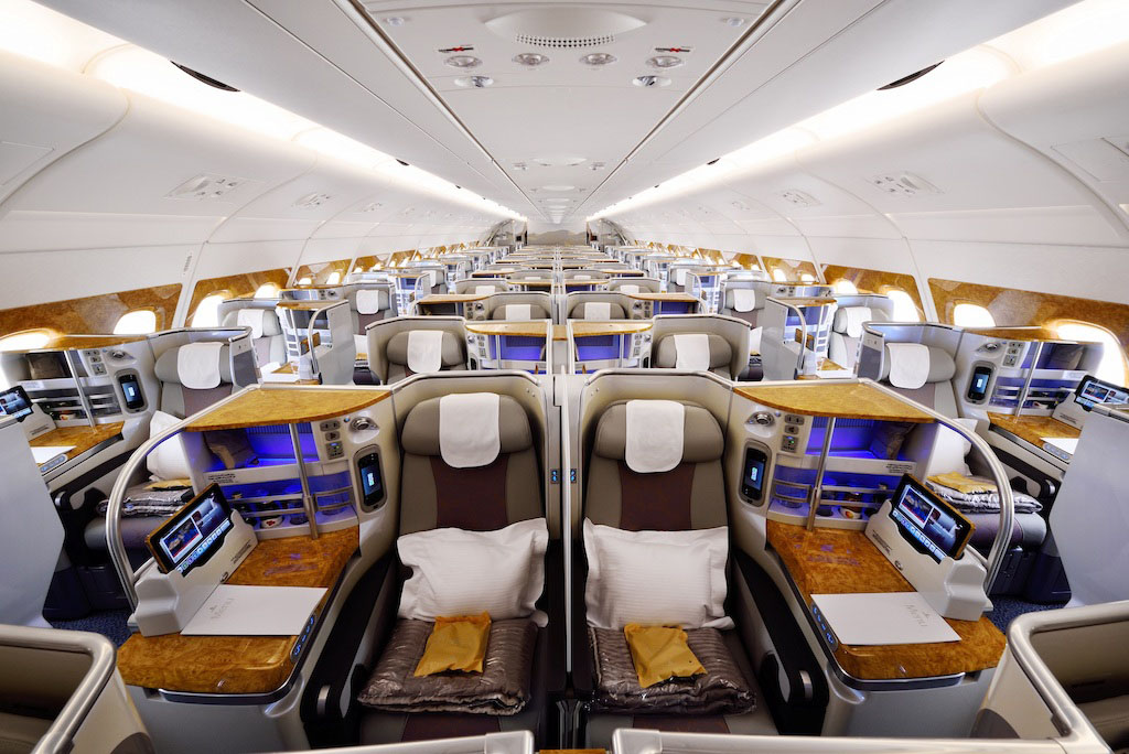 Nemrég mutatta be a cég az A380-asok megújított business-osztályát, ahol egyebek mellett a kabin két széléről középre kerültek a fej feletti tárolók (Fotó: Emirates) | © AIRportal.hu