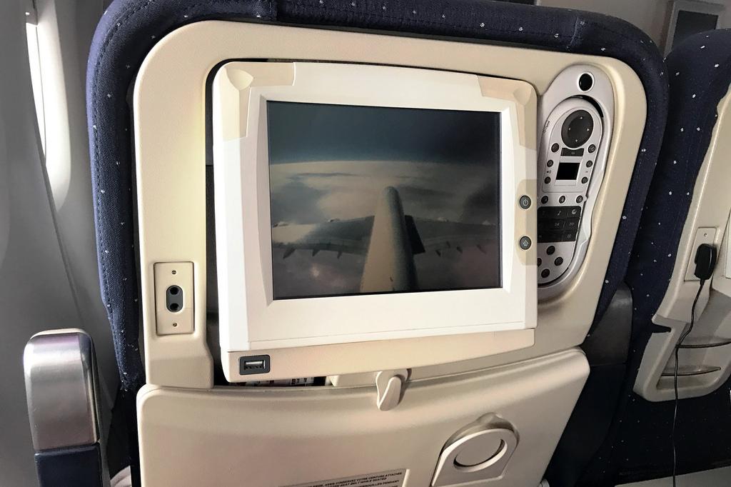 Kicsit sárgul már a műanyag, kicsit a felbontás már kicsi, de az A380-as vezérsíkjának tetejére szerelt kamerakép mindenért kárpótol. (Fotó: AIRportal.hu) | © AIRportal.hu