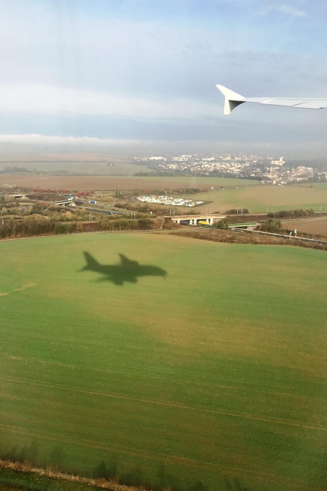 Az A380-as impozáns árnyéka a Charles de Gaulle repülőtér megközelítésekor. (Fotó: AIRportal.hu) | © AIRportal.hu