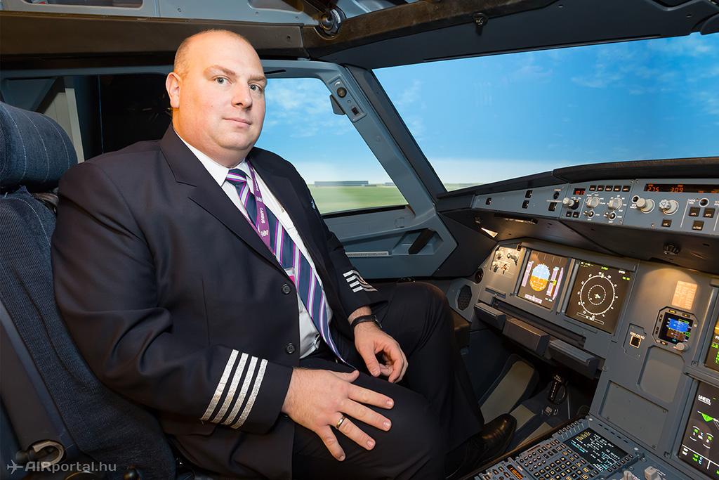 Molnár Tamás kapitány a Wizz Air vadonatúj A320 repülőgép szimulátorában. (Fotó: AIRportal.hu) | © AIRportal.hu