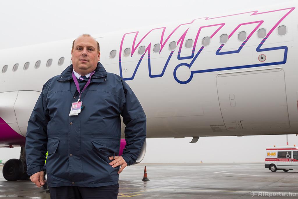 Molnár Tamás az idén a Wizz Airnél forgalomba állt HA-LXG lajstromjelű Airbus A321-es repülőgépe előtt. (Fotó: AIRportal.hu) | © AIRportal.hu