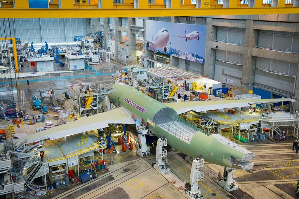 Az első Beluga XL a végszerelő soron. (Forrás: Airbus) | © AIRportal.hu