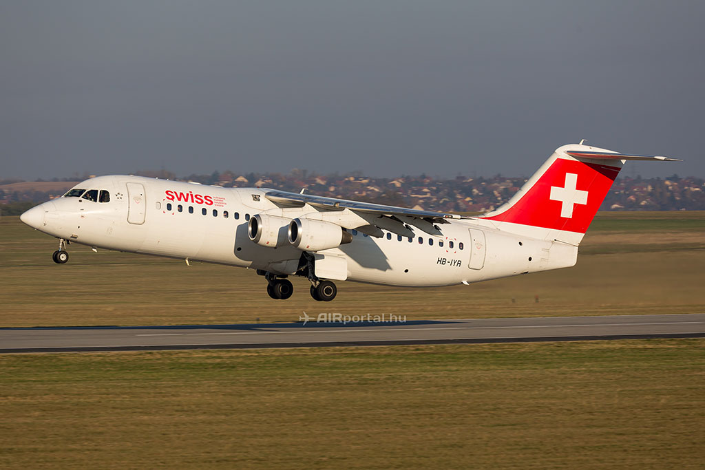 A nyár közepéig még egyes járatokon találkozhatnak az utasok az Avrókkal. (Fotó: AIRportal.hu) | © AIRportal.hu