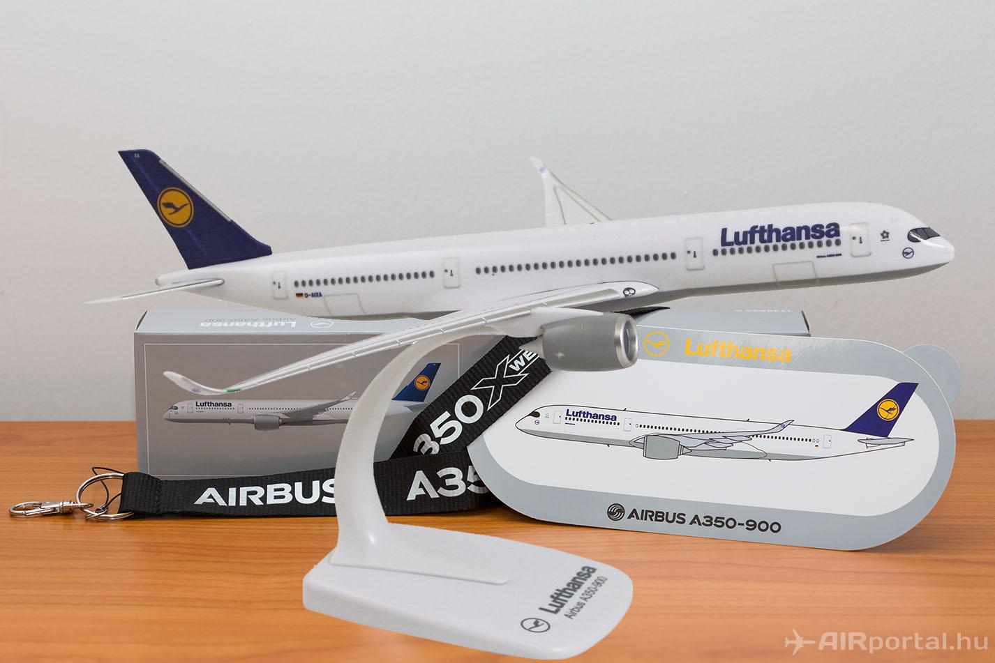 A nyeremény a képen szereplő modellel megegyező modell eredeti csomagolásban, Airbus A350 XWB nyakpánttal és matricával. (Fotó: AIRportal.hu) | © AIRportal.hu