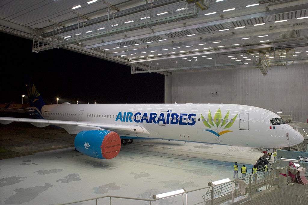 A Karib-tenger és Párizs között közlekedő Air Caraibes első A350-esének festése nemrég készült el (Fotó: Airbus) | © AIRportal.hu