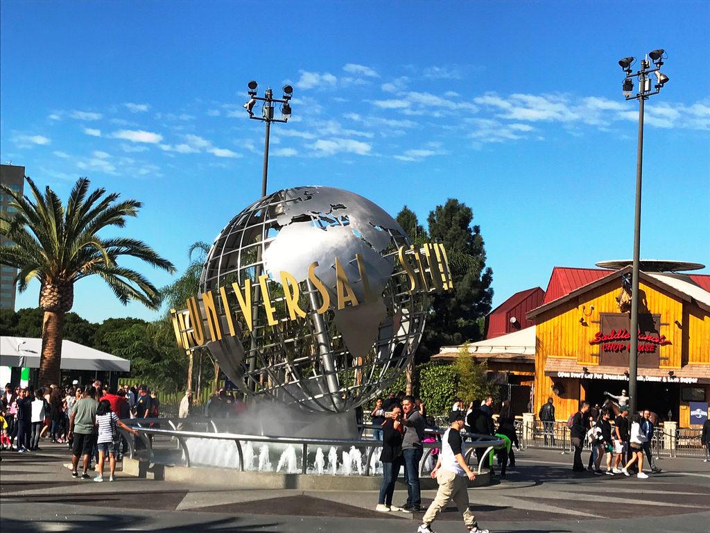 A Universal Studios bejárata. Mögötte egy hatalmas pláza és egy egésznapos programot nyújtó kalandpark vár. (Fotó: AIRportal.hu) | © AIRportal.hu