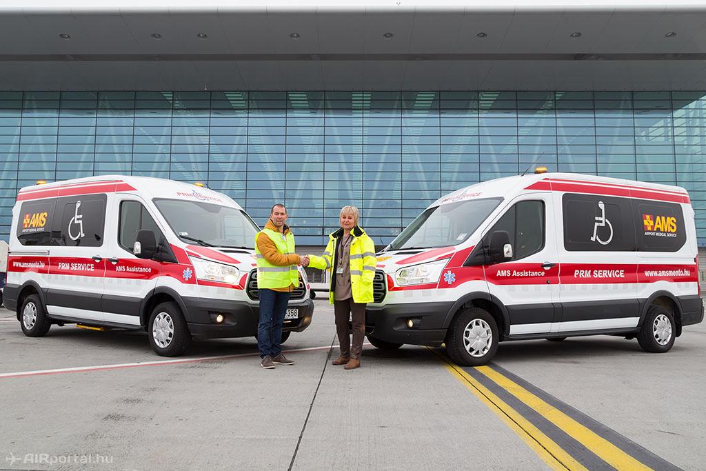 Kovács Judit, a Budapest Airport Terminál Szolgáltatások vezetője vette át a kisbuszokat Kövesi Gusztávtól, az AMS Assistance Kft. ügyvezetőjétől. (Fotók: AIRportal.hu) | © AIRportal.hu