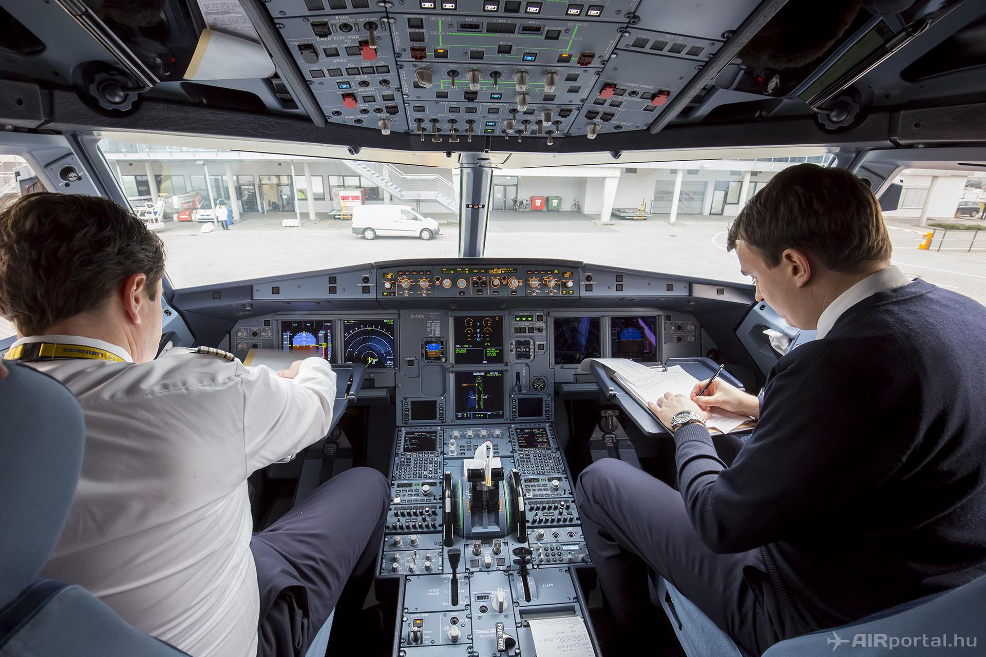 Bár az ős típus CRT monitorait LCD kijelzők váltották fel, az A320neo pilótafülkéje elrendezésében nem sokat változott a korábbi változatokhoz képest. (Fotó: AIRportal.hu) | © AIRportal.hu