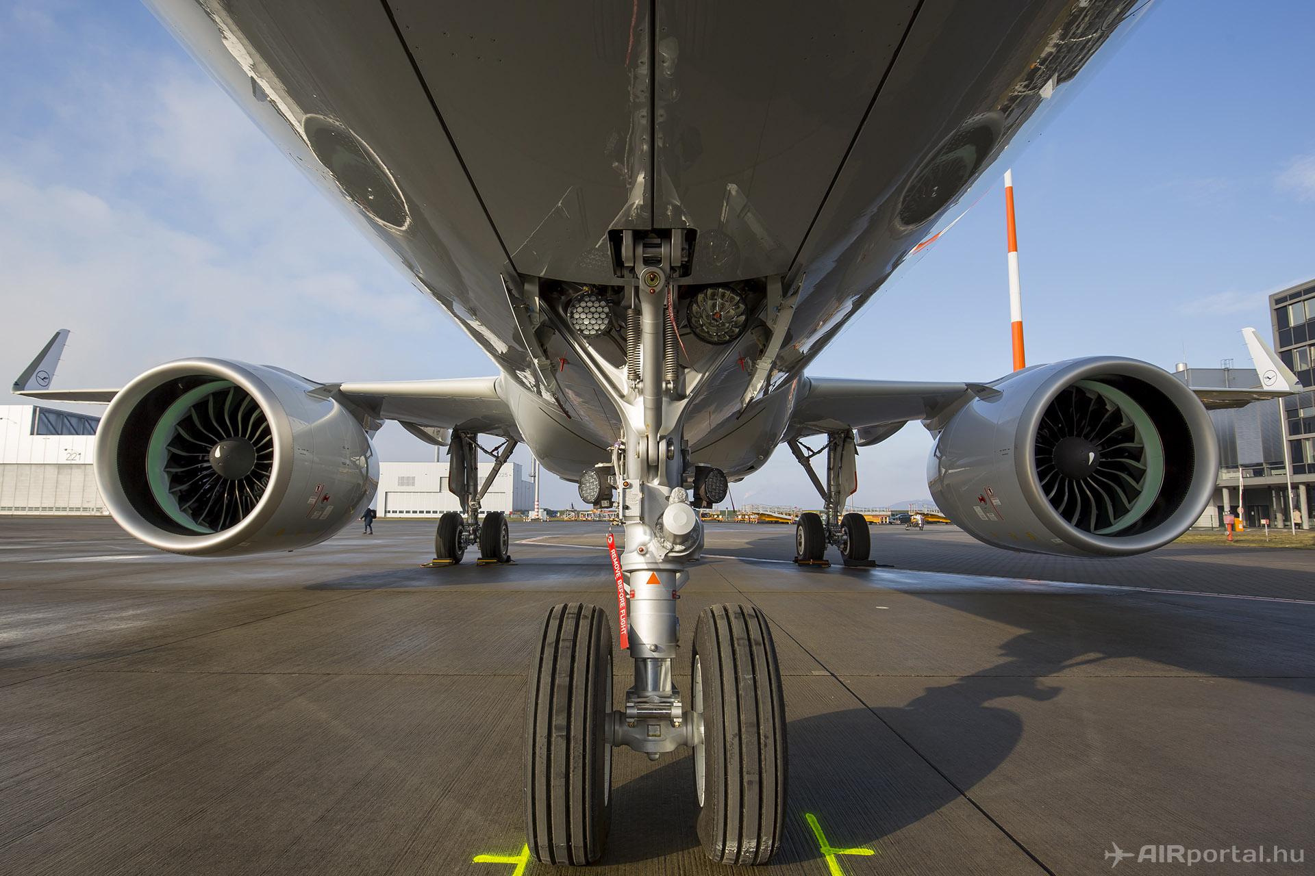 Nem kellett jelentős strukturális átalakítás ahhoz, hogy a 30 éves típusra felszereljék a két méteresnél is nagyobb átmérőjű, új generációs hajtóműveket. (Fotó: AIRportal.hu) | © AIRportal.hu