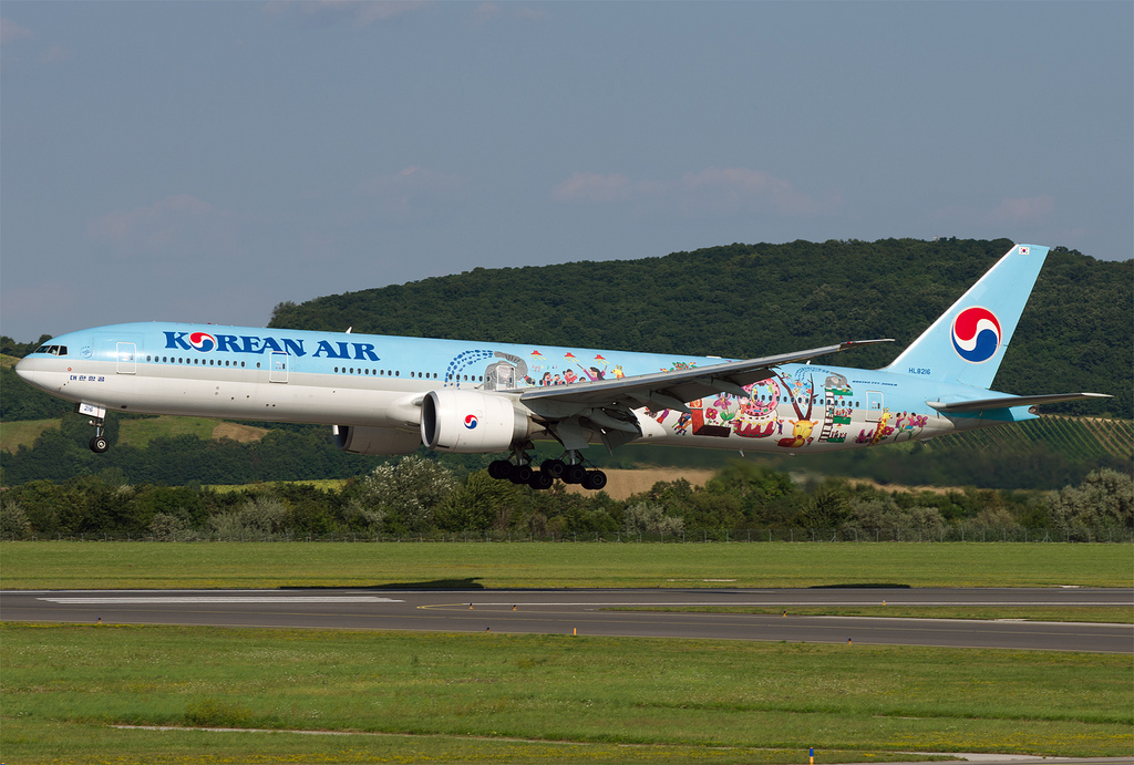 A Korean Air speciális festésű Boeing 777-300-asa Bécsben. (Fotó: AIRportal.hu)   © AIRportal.hu