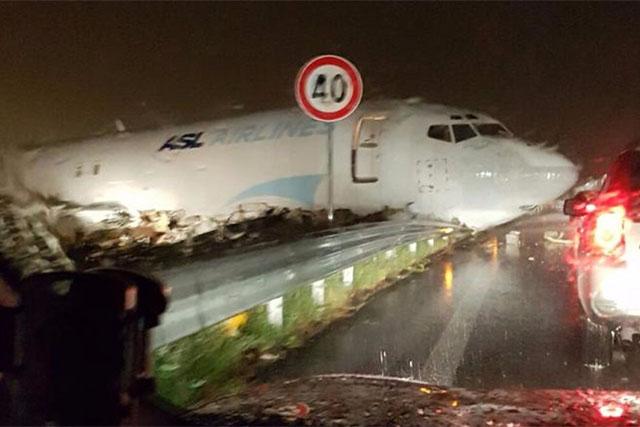 Az ASL Hungary Boeing 737-ese, miután túlfutott a Bergamo-Orio al Seri repülőtér futópályáján. A belsetben a magyar hajózó személyzet mindkét tagja megsérült. | © AIRportal.hu