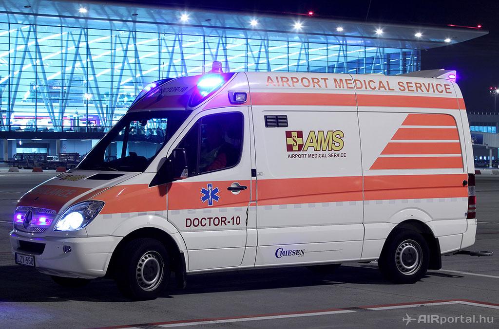 Az AMS - Airport Medical Service speciális repülőtéri mentőautója (Fotó: AIRportal.hu) | © AIRportal.hu