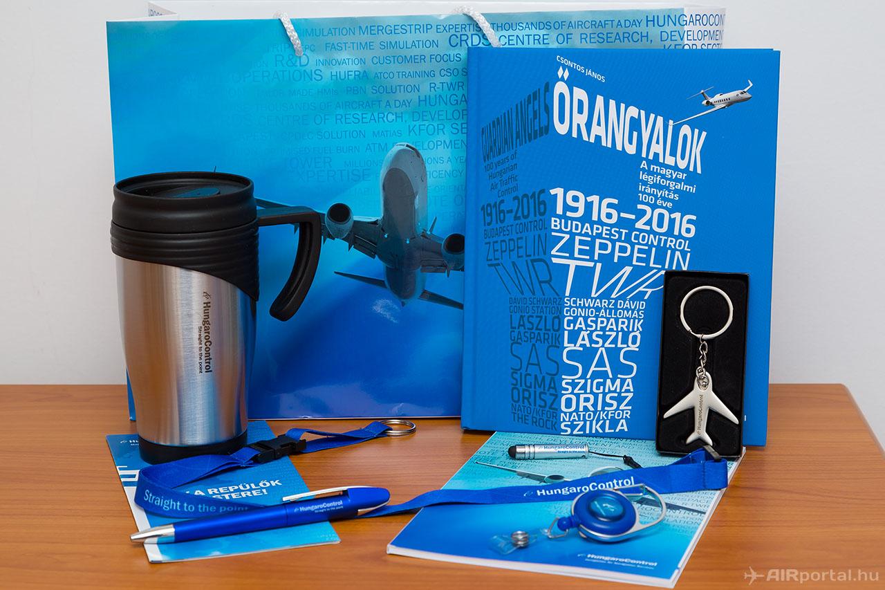 A nyeremény a képen látható ajándékcsomag a HungaroControl logójával ellátott ajándéktárgyakkal. (Fotó: AIRportal.hu) | © AIRportal.hu