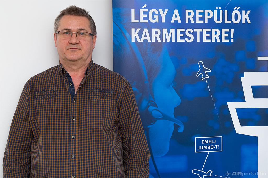 Hargitai Tamás 37 évig dolgozott légiforgalmi irányítóként, most a HungaroControl légiforgalmi irányító oktatója és oktatásért felelős szakértője. (Fotó: AIRportal.hu) | © AIRportal.hu