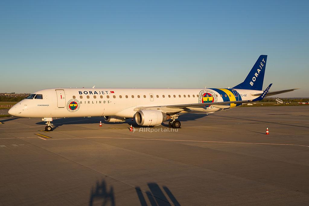 A Borajet TC-YAT lajstromjelű Fenerbahçe futball csapat festését viselő Embraer E195-ös repülőgépe Ferihegyen. (Fotó: AIRportal.hu) | © AIRportal.hu