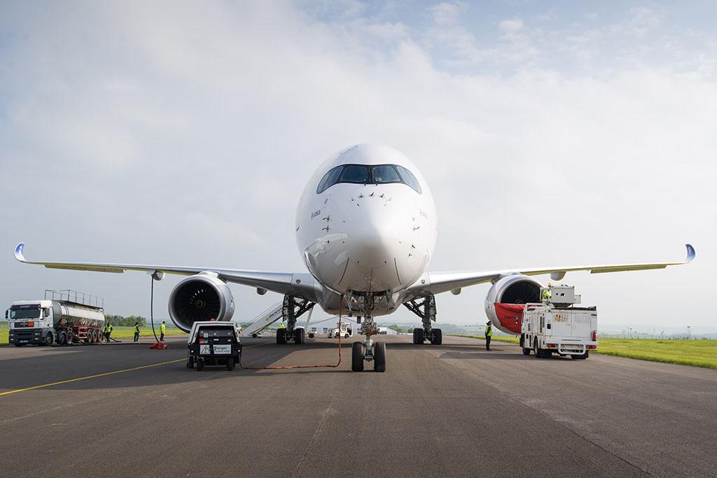 Forró üzemanyagot töltenek az A350-1000-es tesztpéldányába Cardiffban. (Fotó: Airbus) | © AIRportal.hu