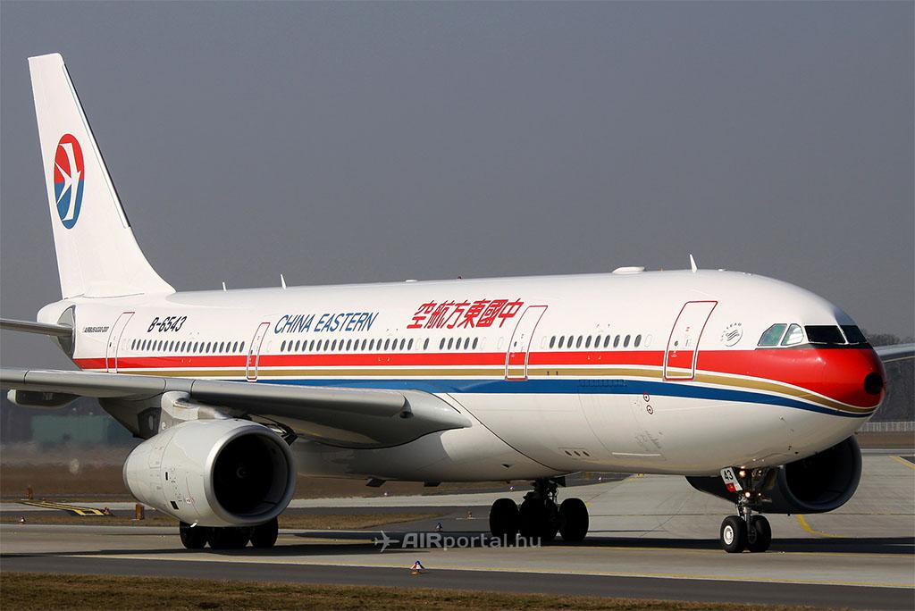 A China Eastern Airbus A330-as repülőgépe, a légitársaság immár klasszikusnak mondható festésében. Az új festés sajnos kevésbé lett látványos. (Fotó: AIRportal.hu) | © AIRportal.hu