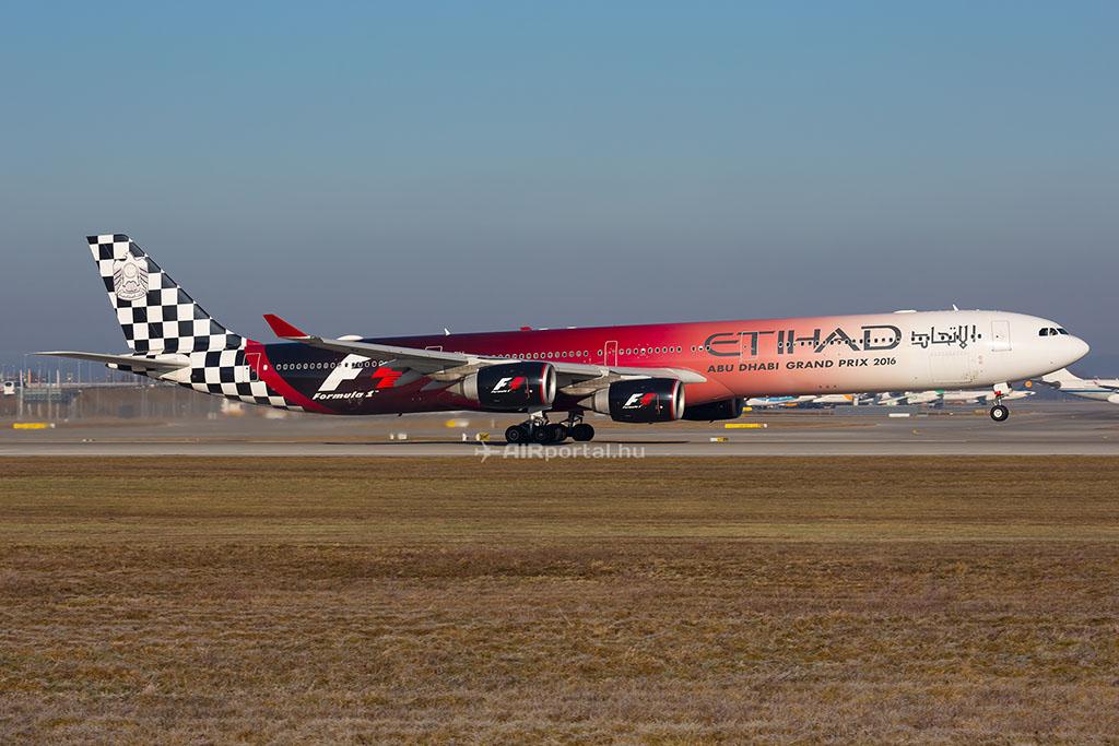 Még egy cég búcsúztatja el hamarosan a négy hajtóműves Airbus A340-eseit, köztük az A6-EHJ lajstromjelű, különleges festésű A340-600-as is nyugdíjba vonul. (Fotó: AIRportal.hu) | © AIRportal.hu
